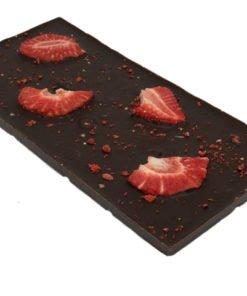 Chokladkaka i mörk choklad med jordgubbar