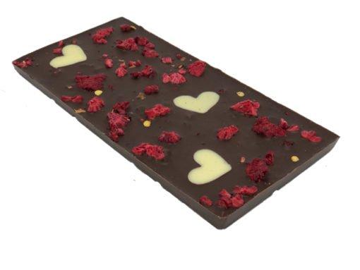 Chokladkaka i mörk choklad med hallon, chili & hjärtan i vit choklad
