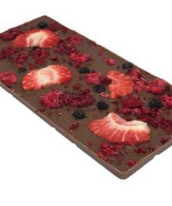 Chokladkaka i mjölkchoklad med hallon, jordgubb, blåbär & tranbär