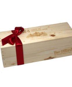 Chokladkalender. Träask med rött band fylld med 24 numrerarde chokladbitar.