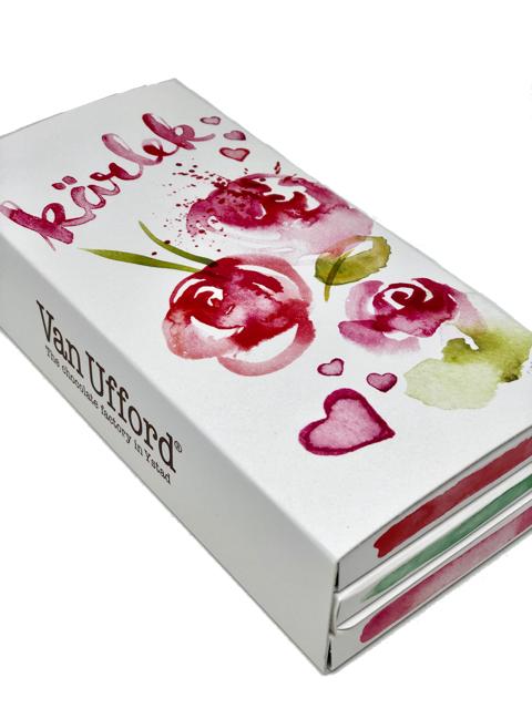Presentförpackning Kärlek. Tre valfria chokladkakor i presentförpackning med motiv Kärlek illustrerat av Matilda Svensson.