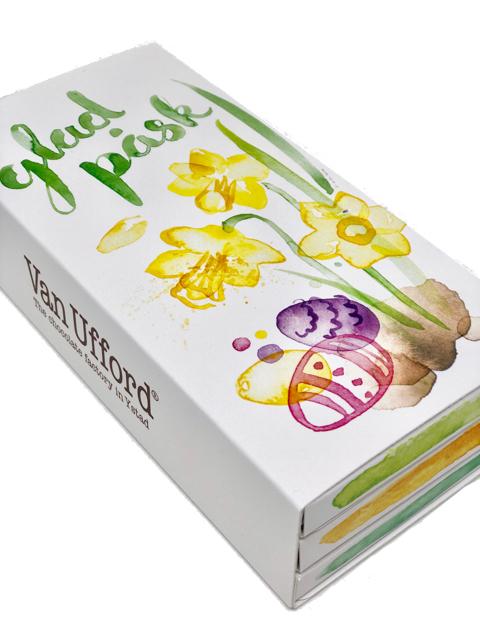 Presentförpackning med tre chokladkakor som du kan välja själ. Vit kartong med Glad Påsk och motiv av Matilda Svensson.