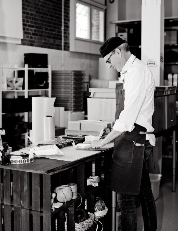 Tommy packar choklad i cokladfabriken. Även det görs för hand med kärlek och omsorg.
