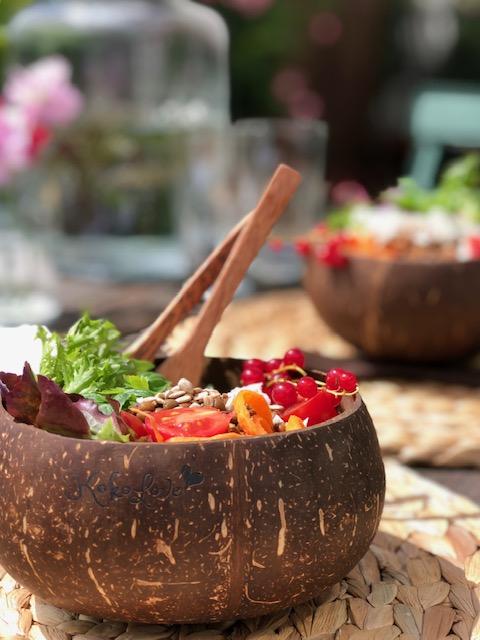 Kokosskål Jumbo från Kokolove är den största skålen av kokosnöt och den är fin att servera sallad i .