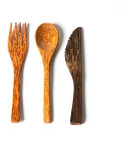Träbestick av kokosträ eller ebenolts från Kokolove. Gaffel, sked och kniv.