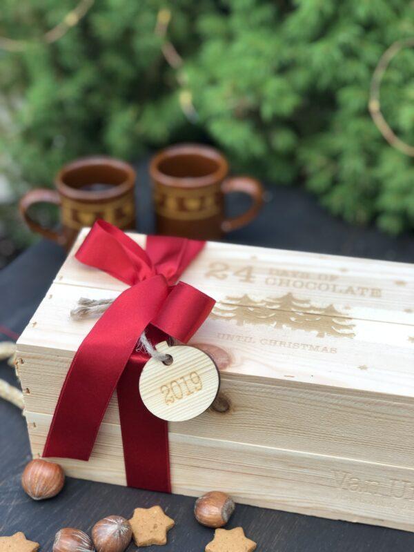 Chokladkalendern 24 days och chocolate until Christmas är en träask fylld med handgjorde ekologiskt choklad. 24 olika smaker tar dig igenom ett chokladäventyr i december.