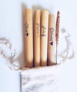 Sugrör av bambu med budskap Happy, Dreams, Bliss och Passon. Fyra sugrör i en tygpåse av återvunnen bomull.