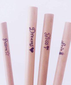 Sugrör av bambu med budskapen Passion, Dreams, Bliss och Love i närbild.