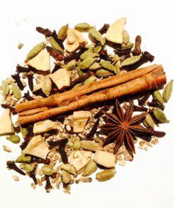 Glöggkryddor som innehåller kanelstång, hel kardemumma, kryddnejlika, torkade bitar av ingefära, stjärnanis, torkade äppelbitar