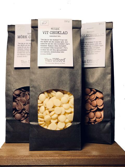 Tre svarta påsar med chokladknappar i mörk, vit och mjölkchoklad ekologisk.