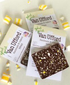 Mörk chokladbit 20g med krossade fläderkarmeller. Ryttare i papp med texten Glad påsk.
