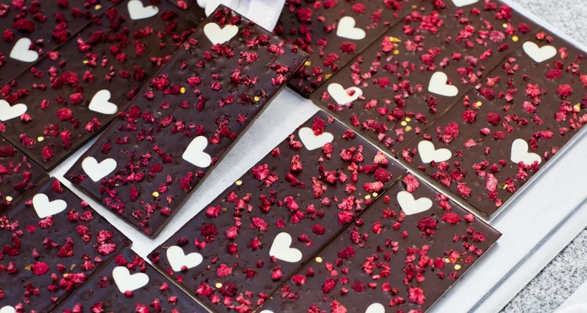 Plåt med chokladkakan Hot love som är mörk choklad med hallon och hjärtan av vit choklad