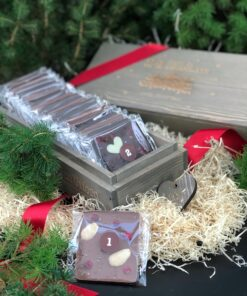 Grålaserad träask med texten 24 days of chocolate until christmas. Van Ufford chokladkalender. Rött band och hänge hjärta fylld med numrerade chokladbitar. 23 st 20g och en 80 g till julafton.