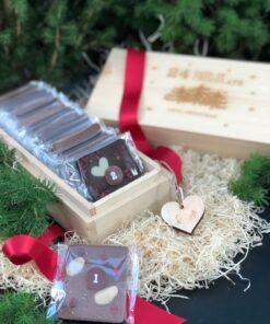 Träfärgad träask med texten 24 days of chocolate until christmas. Van Ufford chokladkalender. Rött band och hänge hjärta