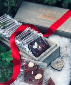 Grålaserad träask med texten 24 days of chocolate until christmas. Van Ufford chokladkalender. Rött band och hänge hjärta