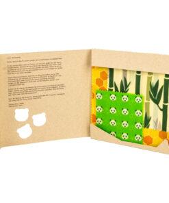 Pandoo bivaxdukar i naturbrun pappersförpackning. Tre stycken bivaxdukar blir ett perfekt startkit. En grön med pandor, en gul med honungsmönster, en grön beige med bambumotiv.