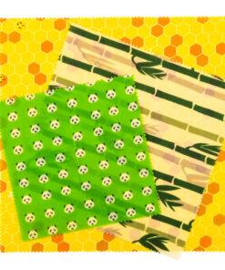 Tre Pandoo bivaxdukar en gul med honungsmönster, en grön med pandamönster, en grön beige med bamumotiv. Tre storlekar.