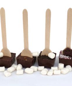 Hot chocolate spoon. Träsked med choklad att doppa i varm mölk. Mörk choklad i fyra smaker naturell, chili. lakrits och julsmak polkakaramell.