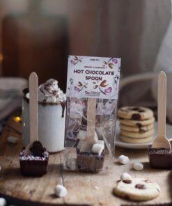 Stämningsfull bild med mugg med varm chokad och marshmallows samt i förgrunden tre Van Ufford Hot chocolate spoons